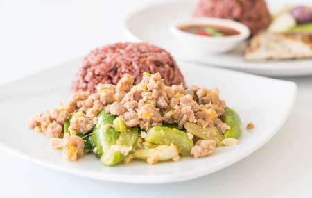 carne picada: stir-fried cucumber, egg and mince with berry rice - healthy food Foto de archivo