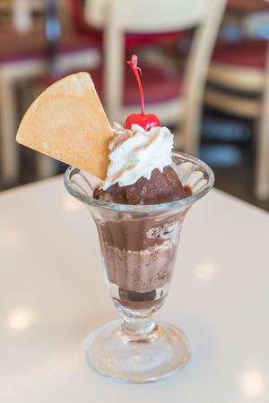 coppa di gelato: cioccolato sundae gelato al caffè Archivio Fotografico