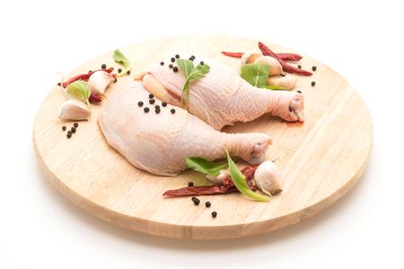 coscia di pollo sulla scheda di legno con peperoni neri, aglio e peperoncino secco Archivio Fotografico