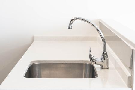 Wasserhahn Waschbecken und Wasser Tab Dekoration im Küchenraum Interieur