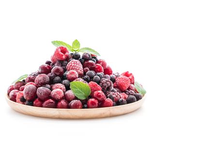Gefrorenen gemischten Beeren auf weißem Hintergrund Standard-Bild - 71237960