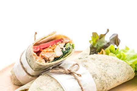 Envuelva el rollo de ensalada con pollo y espinacas sobre fondo blanco