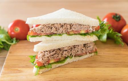 Sandwich au thon à bord du bois Banque d'images - 75345970