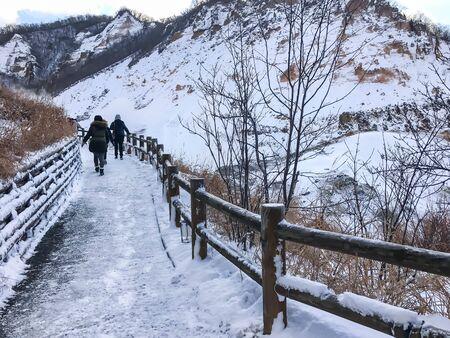 「地獄の谷」として英語で知られている、地獄谷、登別、北海道の多くのローカル温泉温泉温泉のソースです。