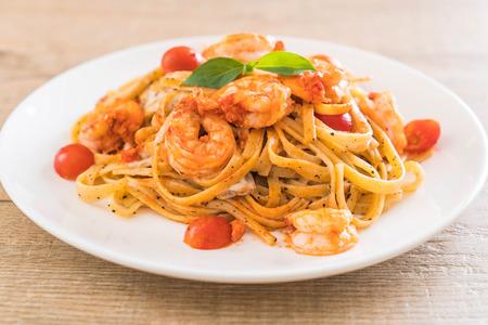 Deliziosi spaghetti con gamberi, pomodori, basilico e formaggio - stile di vita italiano