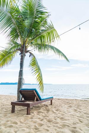 Ligstoel, Palm en tropisch strand in Pattaya in Thailand - verbeter kleur en verlichtingsverwerkingsstijl Stockfoto