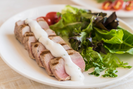 green bean: tuna steak with salad on wood table