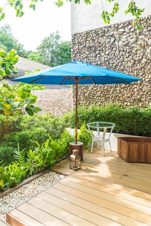 empedrado: patio al aire libre con la silla vacía y una mesa