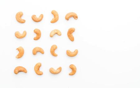 Geroosterde cashewnoten die op witte achtergrond worden geïsoleerd