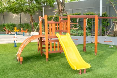 Dzieci plac zabaw z zabawkami i suwakiem Zdjęcie Seryjne