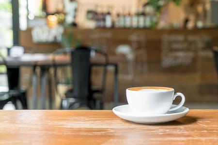 Café latte caliente en el café