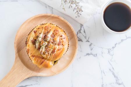 legumbres secas: Ensalada de jamón y pan de cerdo seco en placa de madera
