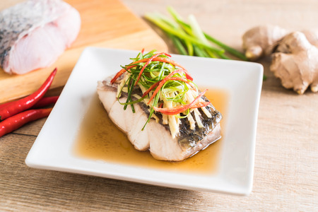 snapper fish steamed with soy sauce with ingredient 版權商用圖片 - 80917103
