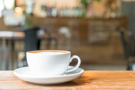 Café latte caliente en el café Foto de archivo - 81446678