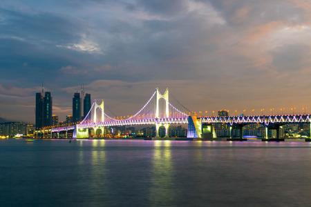 美しい空、韓国の釜山広域市と広安大橋。