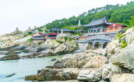 De mooie Architectuur bij Tempel Haedong Yonggungsa zit op een klip in Busan, Zuid-Korea.