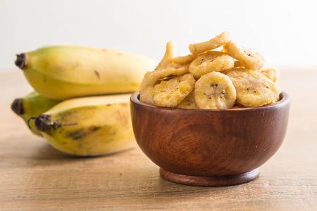 platanos fritos: Chips de plátano crujiente en un tazón Foto de archivo
