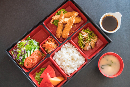 fried shrimp in bento set - japanese food style Foto de archivo