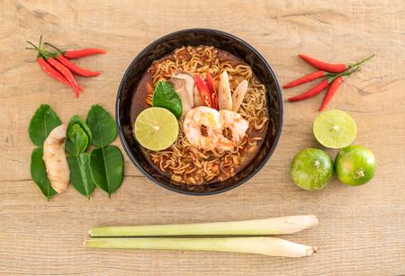Spicy instant noodles soup with shrimp (tom yum) Standard-Bild