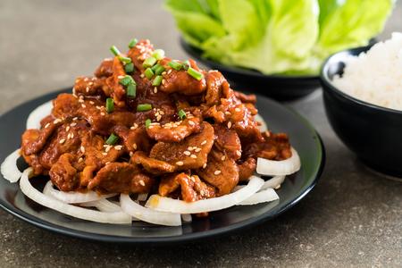 cerdo frito con salsa coreana picante (bulgogi) - estilo de comida coreana