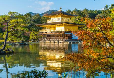 Hermosa arquitectura en el templo Kinkakuji (El Pabellón Dorado) en Kyoto, Japón. Editorial