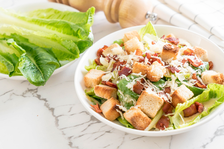ensalada césar en la tabla - estilo de alimentos saludables Foto de archivo