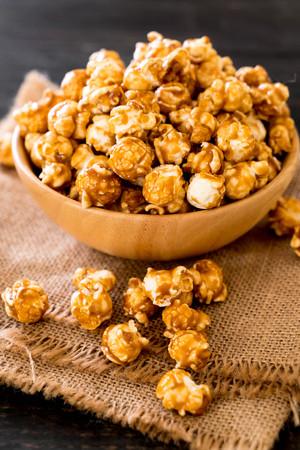 popcorn with caramel in bowl Banco de Imagens