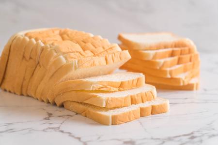 pila de pan en rodajas en la mesa Foto de archivo