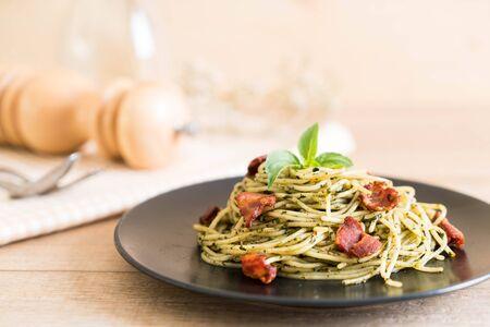 Espagueti con pesto de albahaca y tocino - Estilo de comida italiana Foto de archivo - 88803023