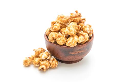 Popcorn con caramello isolato su sfondo bianco