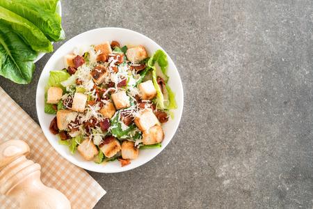テーブルの上のシーザーサラダ - 健康的な食品スタイル