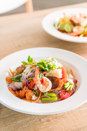 Spicy vermicelli and seafood salad on plate Banque d'images