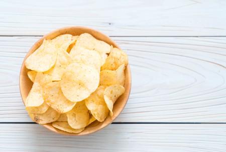 감자 칩을 접시에 - 건강에 해로운 음식