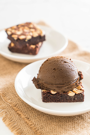 chocolate brownies with chocolate ice cream on the table 스톡 콘텐츠