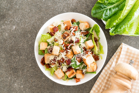 caesar salad on table - Healthy food style Banque d'images