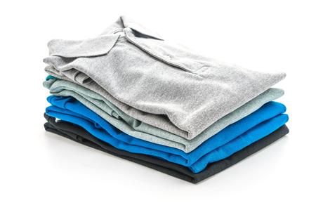 gevouwen shirt geïsoleerd op een witte achtergrond