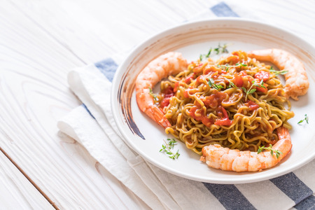 vegetable noodle with tomatoes sauce and shrimps on plate Archivio Fotografico