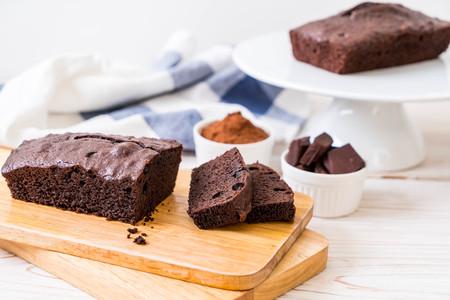chocolate brownie cake on wood background Standard-Bild