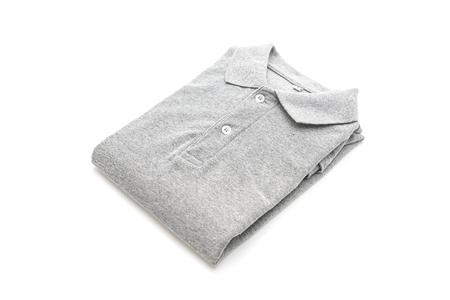 camicia piegata isolata su fondo bianco