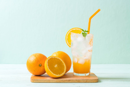 orange juice with soda on wood table Stockfoto