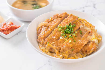 fried pork cutlet rice bowl (Katsudon) - Japanese food style Foto de archivo