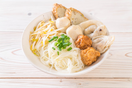 noodles bowl with fish ball - Asian food style Banque d'images