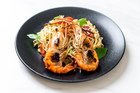 stir-fried spaghetti with grilled shrimps and tomatoes - Italian fusion food style Archivio Fotografico