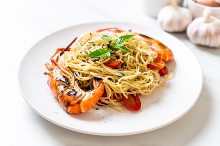 stir-fried spaghetti with grilled shrimps and tomatoes - Italian fusion food style Stock fotó