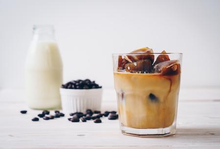 Cubitos de hielo de café con leche en la mesa de madera