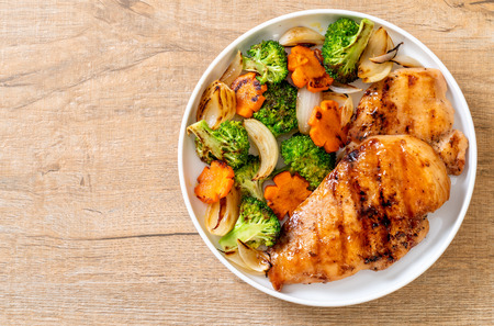 griled chicken breast steak with vegetable (broccoli,carrot,onions) Standard-Bild