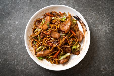 fideos yakisoba salteados con carne de cerdo - estilo de comida asiática