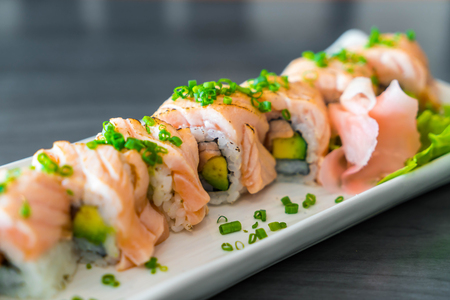 grilled salmon sushi roll - japanese food style Stok Fotoğraf