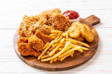 gebakken kip met frietjes en nuggets maaltijd - junkfood en ongezond voedsel