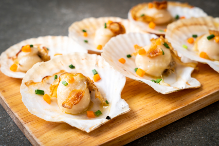 grilled scallops shell with butter and garlic Imagens - 103320628